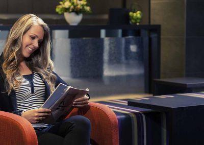 Mercure Hotel Zwolle Lobby met Vrouw